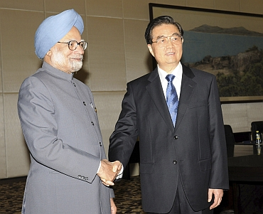 Manmohan Singh shakes hands with China's President Hu Jinta