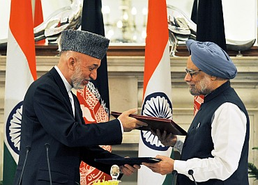Dr Singh and Karzai exchanging the singed documents of an agreement on Strategic Partnership