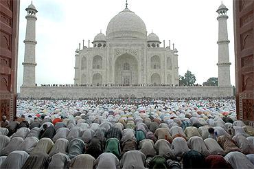 Taj Mahal may COLLAPSE in five years!