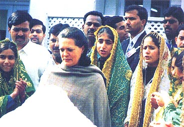 Sonia Gandhi with Kashmiri students during a 'Know India Tour'