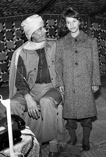Gaddafi with his daughter Aysha in his Bedouin tent January 12, 1986