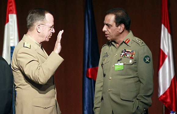 Pakistan's Army Chief General Ashfaq Kayani listens to US Admiral Mike Mullen