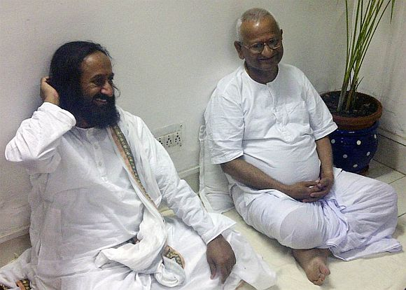 Rebel AAP members want Sri Sri to convince Anna Hazare to bring the party back on track