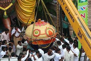 A crane being used to offer the gargaunt laddu to the idol
