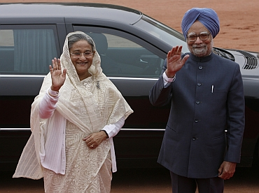 Bangladesh PM Sheikh Hasina and Dr Singh wave to the photographers during Hasina's ceremonial reception at the presidential palace in New Delhi January 11, 2010