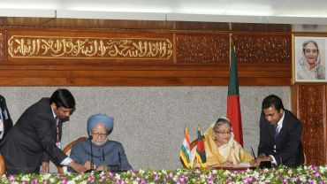 Prime Minister Dr Manmohan Singh with Prime Minister of Bangladesh, Sheikh Hasina, in Dhaka, Bangladesh