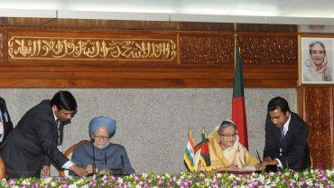 Prime Minister Dr Manmohan Singh with Prime Minister of Bangladesh, Sheikh Hasina, in Dhaka, Bangladesh