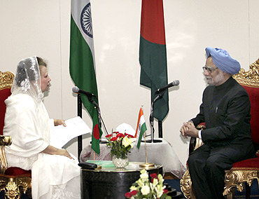 Bangladesh's opposition leader Begum Khaleda Zia speaks to PM Singh during a meeting in Dhaka