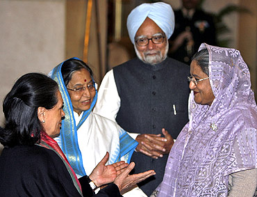 Sonia Gandhi talks with PM Hasina as PM Singh and President Pratibha Patil watch in New Delhi