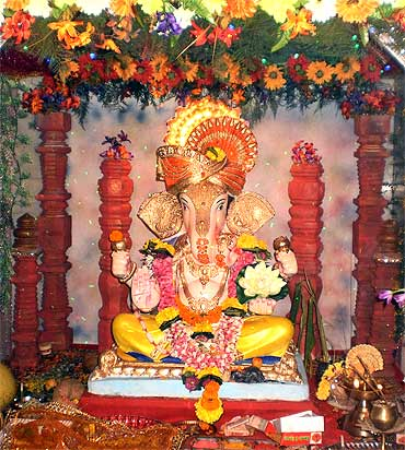 From mumbai to usa readers 39 pix of ganpati news for Decorations of ganpati for home