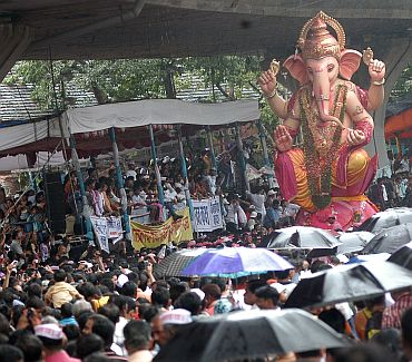 Rains cannot deter the respect devotees possess for Lord Ganpati