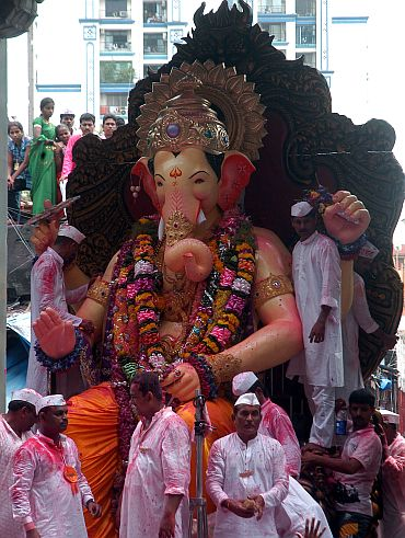 Devotees throng Mumbai streets to get the final glimpse of Lalbagcha Raja