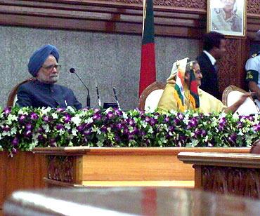 Prime Minister Manmohan Singh with Bangladesh Prime Minister Sheikh Hasina
