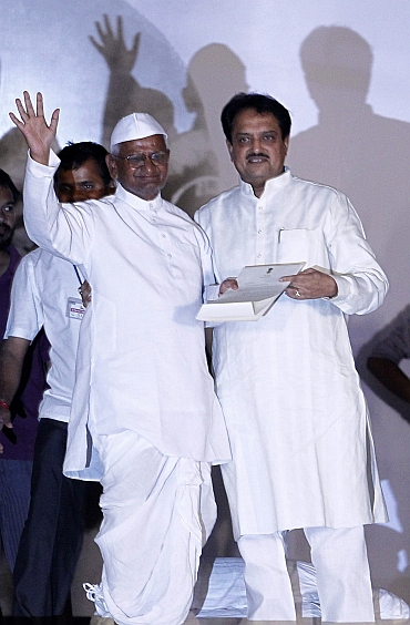 Hazare with Deshmukh at the Ramlila maidan in New Delhi