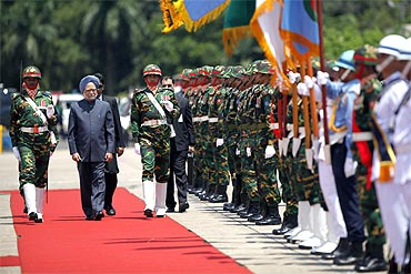 Prime Minister Manmohan Singh at the Guard of Honour at Dhaka airport
