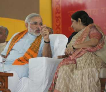 BJP leader Sushma Swaraj with Narendra Modi at the fast venue