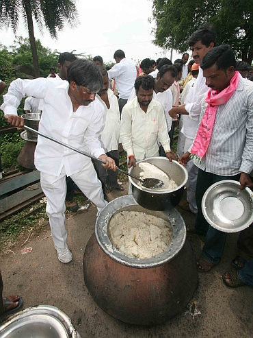 Telangana supporters organise mass cooking near railway tracks