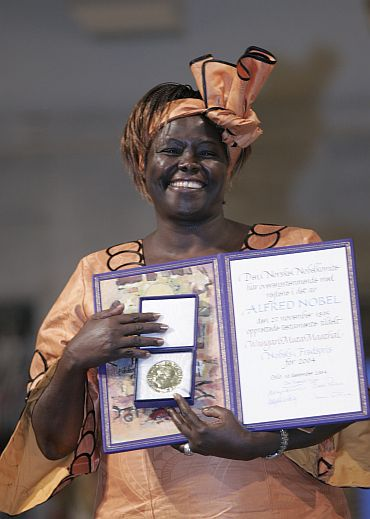 Kenyan Nobel Peace Prize winner Wangari Maathai shows her Nobel Peace Prize in Oslo.
