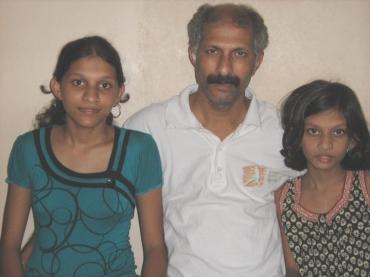Shirish Kandalgaonkar with his daughters Mrunal and Nidhi