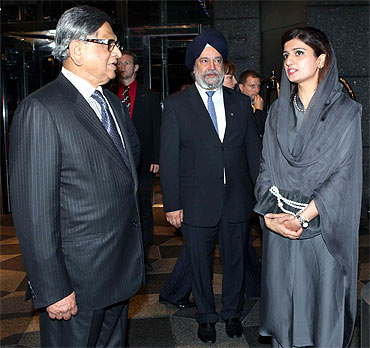External Affairs Minister S M Krishna with Pakistani counterpart Hina Rabbani Khar