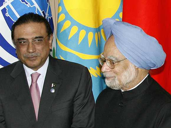Pakistani President Asif Ali Zardari and Prime Minister Manmohan Singh proceed to line up for a photo at the Shanghai Cooperation Organisation summit in Yekaterinburg in 2009