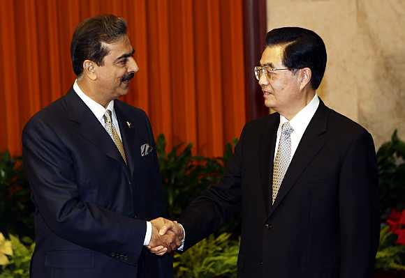Pakistan's PM Gilani shakes hands with China's President Hu in Beijing