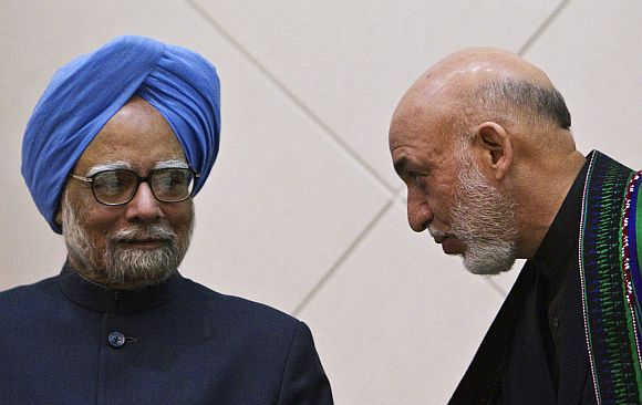 Afghan President Karzai speaks with PM Singh at the start of a news conference in Kabul