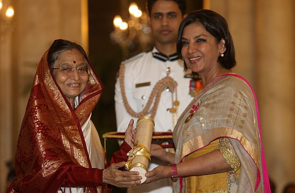 Pratibha Patil presenting the Padma Bhushan Award to Shabana Azmi