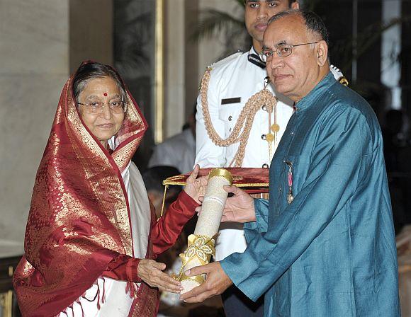 President Patil presenting the Padma Shri Award to Shri Irwin Allan Sealy