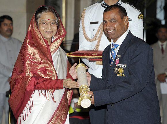 President Patil presenting the Padma Shri Award to archer Limba Ram Ahari