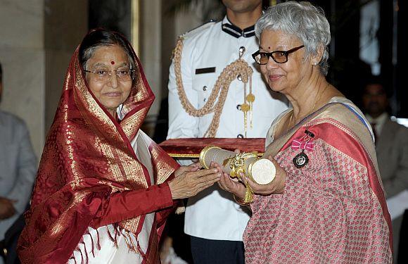 President Patil presenting the Padma Shri Award to Reeta Devi