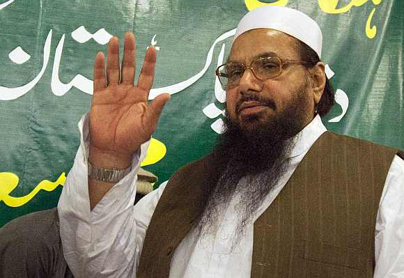 Hafiz Mohammad Saeed, head of Jamaat-ud-Dawa and founder of Lashkar-e-Tayyiba, waves to the media after a news conference in Rawalpindi near Islamabad April 4