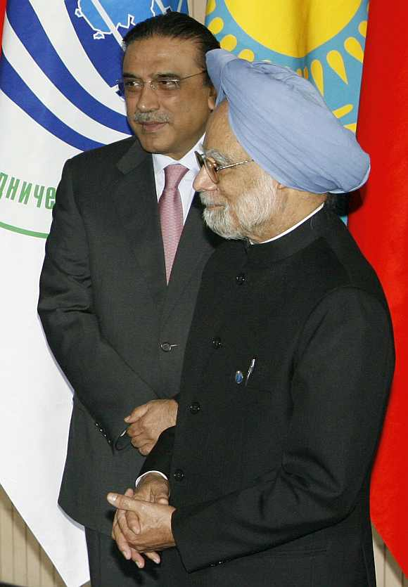 Pakistani President Asif Ali Zardari and Prime Minister Manmohan Singh line up for a family photo at the Shanghai Cooperation Organisation summit in Yekaterinburg, June 16, 2009