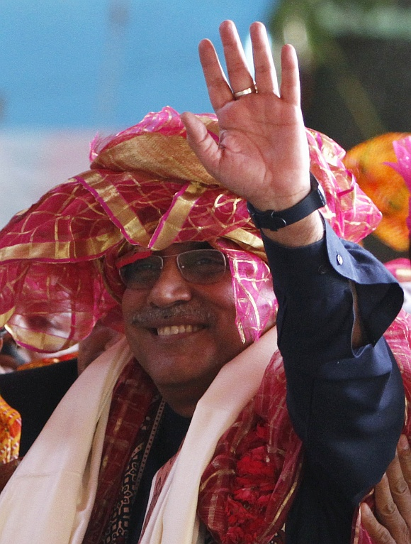 Pakistan's President Asif Ali Zardari (C) waves after offering prayers at the shrine of Sufi saint Khwaja Moinuddin Chishti at Ajmer