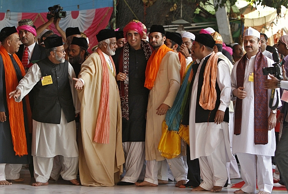Bilawal Bhutto Zardari (3rd R), son of Pakistan's President Asif Ali Zardari, walks after offering prayers at the shrine of Sufi saint Khwaja Moinuddin Chishti at Ajmer