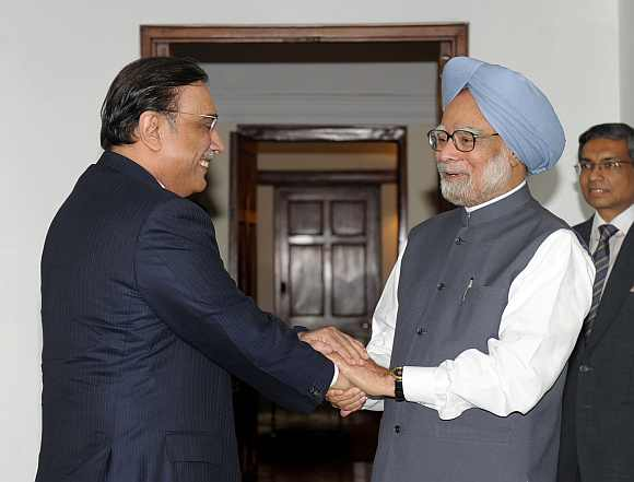Zardari meets Dr Singh in New Delhi on April 8