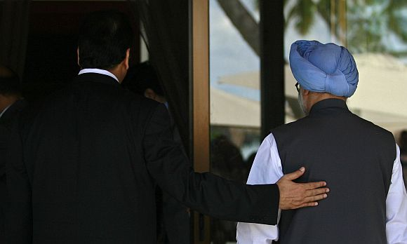 Pakistan's PM Gilani escorts his Indian counterpart Singh before SAARC summit in Addu