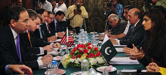 US Deputy Secretary of State Thomas R. Nides (L) and Pakistan's Foreign Minister Hina Rabbani Khar (R) talk with their delegations during a meeting at the foreign ministry in Islamabad