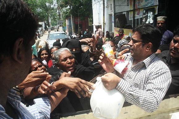 Majlis-e-Ittehadul Muslimeen MLA Ahmed Balala distributes rice to curfew-affected people