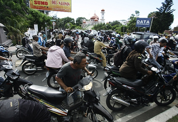 People riding motorbikes packed the street in Banda Aceh after the quake