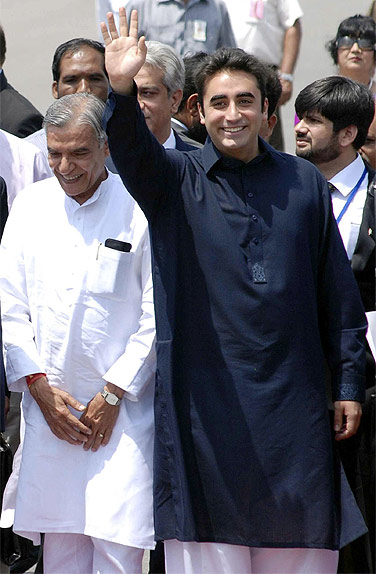 Bilawal Bhutto with Union minister Pawan Bansal at the Delhi airport