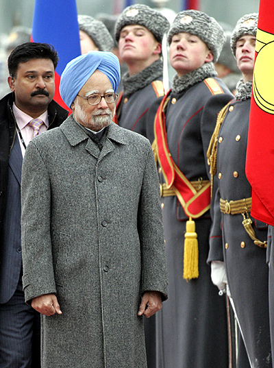 Prime Minister Manmohan Singh inspects the guard of honour at Vnukovo airport, Moscow, December 6, 2009