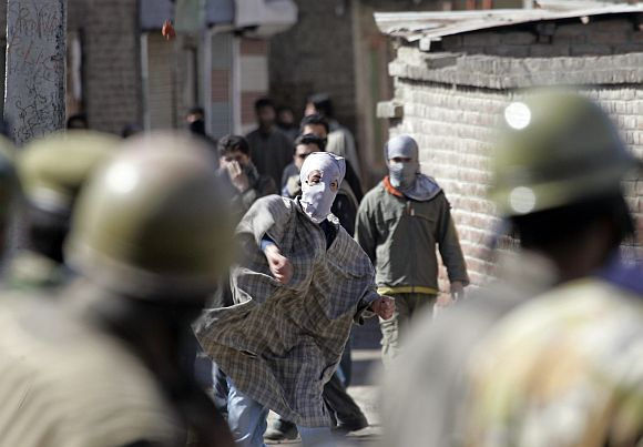 Kashmiri protestors clash with police personnel in Srinagar