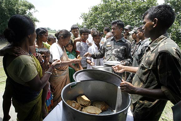 Soldiers distribute food to flood-affected Indians in Laxmi Chor village, West Bengal