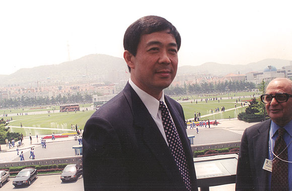 Bo Xilai, then the Mayor of Dalian, on his balcony in June 2000. On his left, Inder Malhotra, the venerable Indian commentator