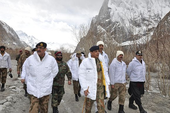 Pak army chief Kayani inspects rescue operation at Siachen