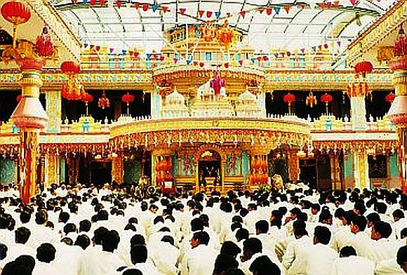 Devotees throng Prashanthi Nilayam, Sai Baba's ashram, in Puttaparthi