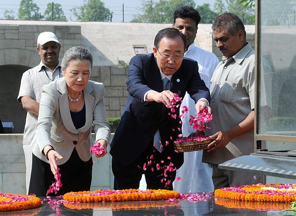 UN Secretary General Ban Ki-moon paying floral tributes at the samadhi of Mahatma Gandhi, at Rajghat, in Delhi on April 27