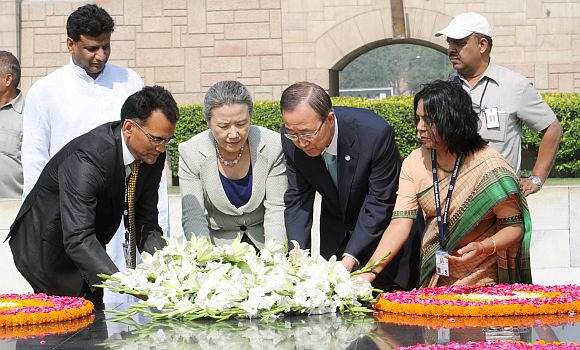 UN Secretary General Ban Ki-moon laying wreath at the samadhi of Mahatma Gandhi, at Rajghat, in Delhi