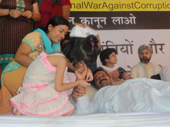 A little girl ties a rakhi on the wrist of fasting Arvind Kejriwal in Jantar Mantar on Thursday